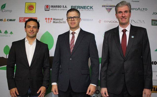 Na foto, Álvaro Luiz Scheffer Junior (presidente da Apre), Alex Wellington dos Santos (novo presidente da ACR) e Diogo Leuck (presidente da Ageflor)