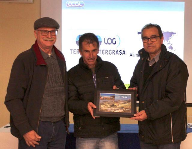 Paulo Bennemann da Agaflor e o vice-presidente da Ageflor, Luiz Augusto Alves, recebem quadro do anfitrião da CCGL Log, José Antônio Mattos (ao centro).