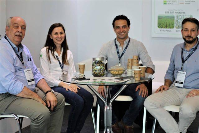 Apre do Paraná, representada por seu presidente, Álvaro Scheffer Junior, e o diretor executivo da Associação, Ailson Loper