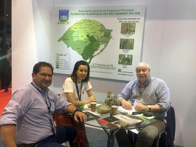 Fernando Estivallet Júnior, diretor geral da Arpel, juntamente de Tatiana Souza Muller, diretora financeira da empresa, em visita ao estande da ASBR.